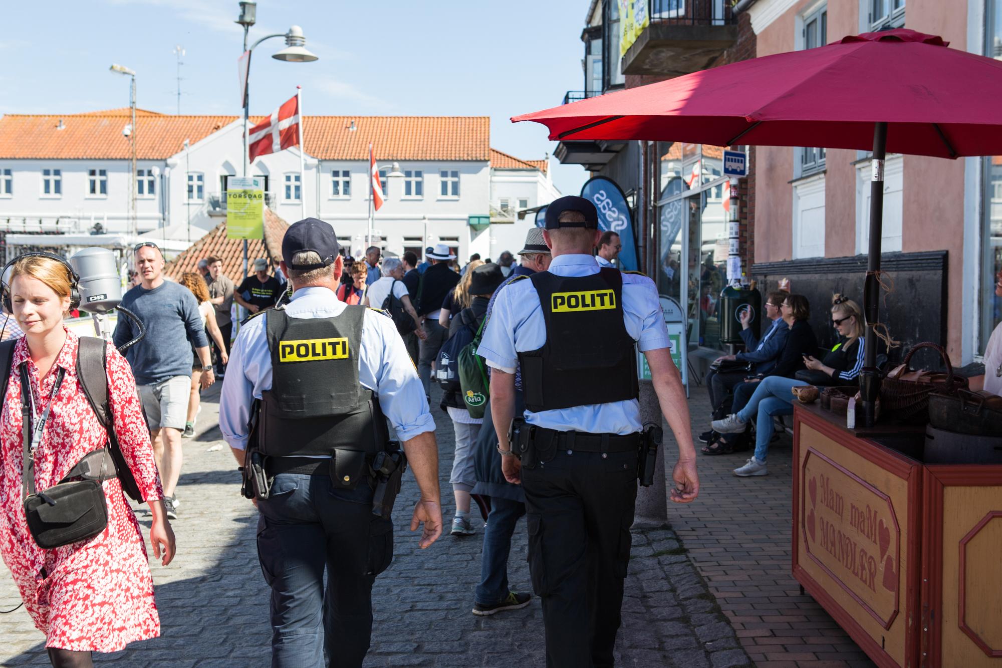 To betjente går ned ad gaden i Allinge