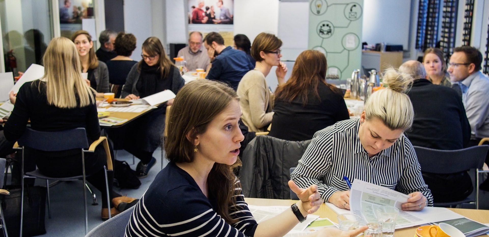 Flere personer samlet til workshop med Kompetencesekretariatet