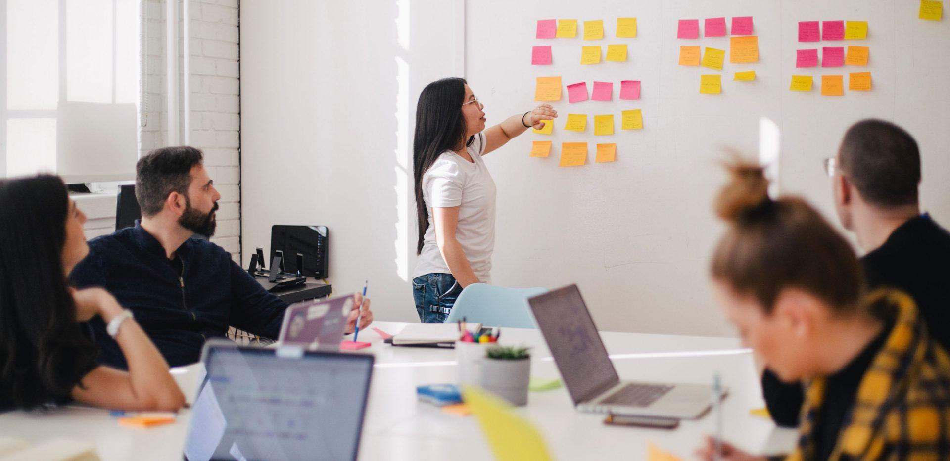 Kvinde lægger strategi på arbejdspladsen