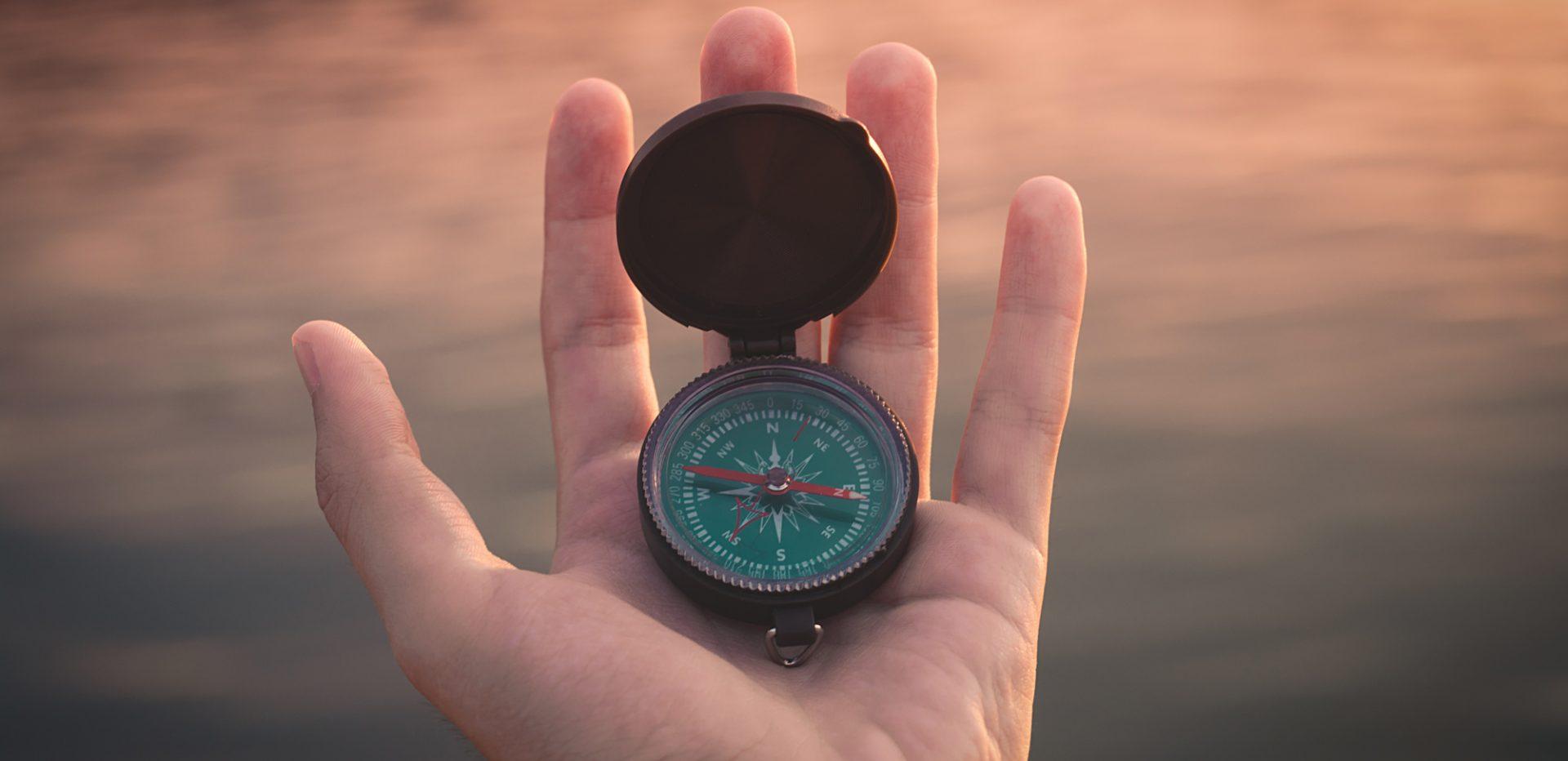 Et kompas i hånden
