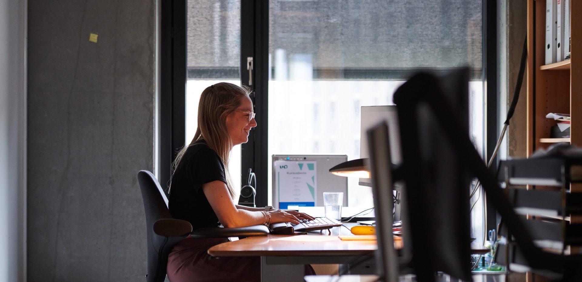 Kvinde på kontor ved computer
