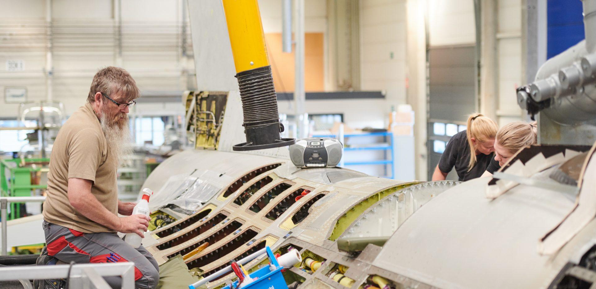 Mand tilegner sig ny viden ved jagerfly i et værksted