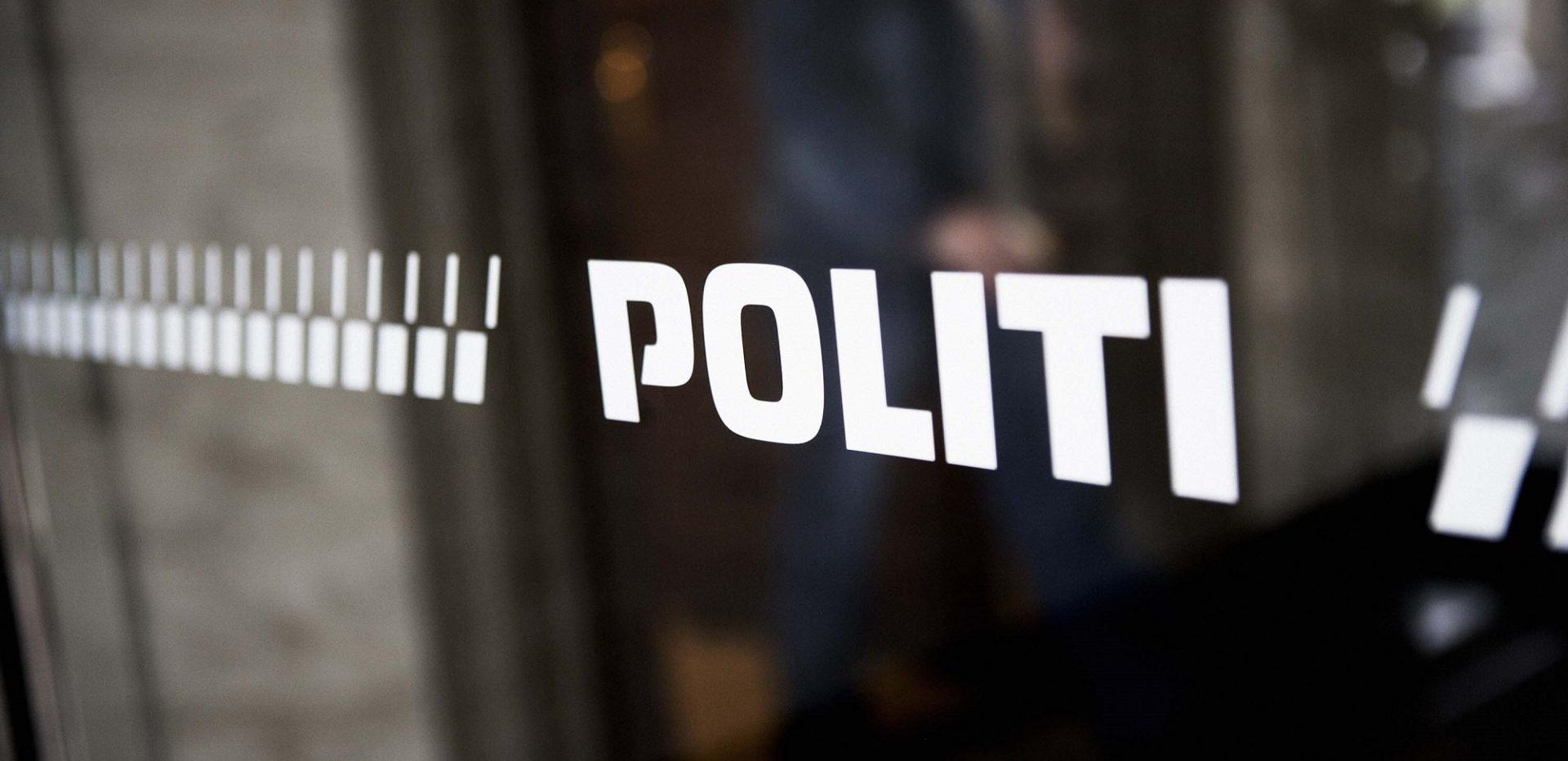 Politiets logo på en rude